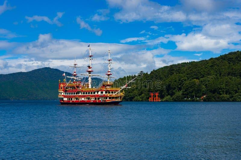 Bateau de pirate et porte de Torii sur le lac Ashi images stock