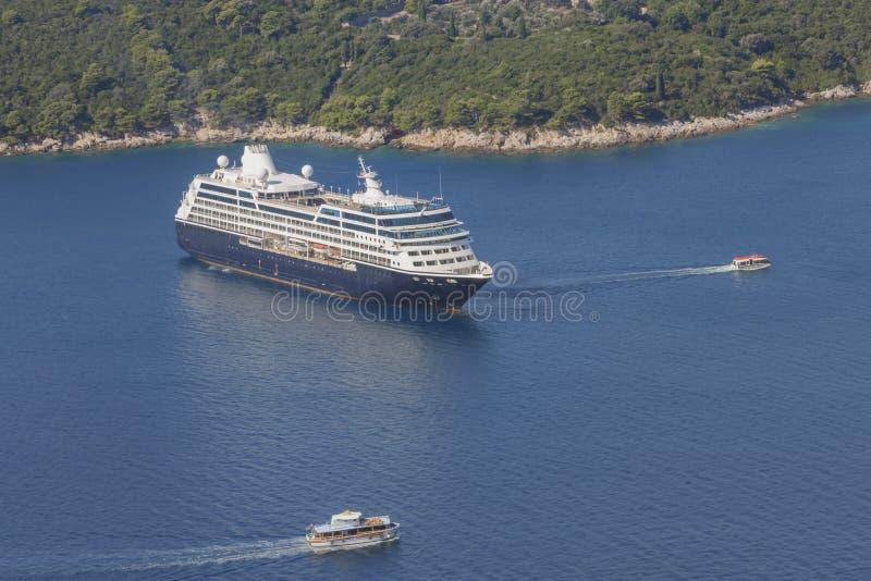 Bateau de plate-forme ancré dans la baie avant l'insel Lokrum en Mer Adriatique près de la ville Dubrovnik Voyage en mer en Croat photographie stock