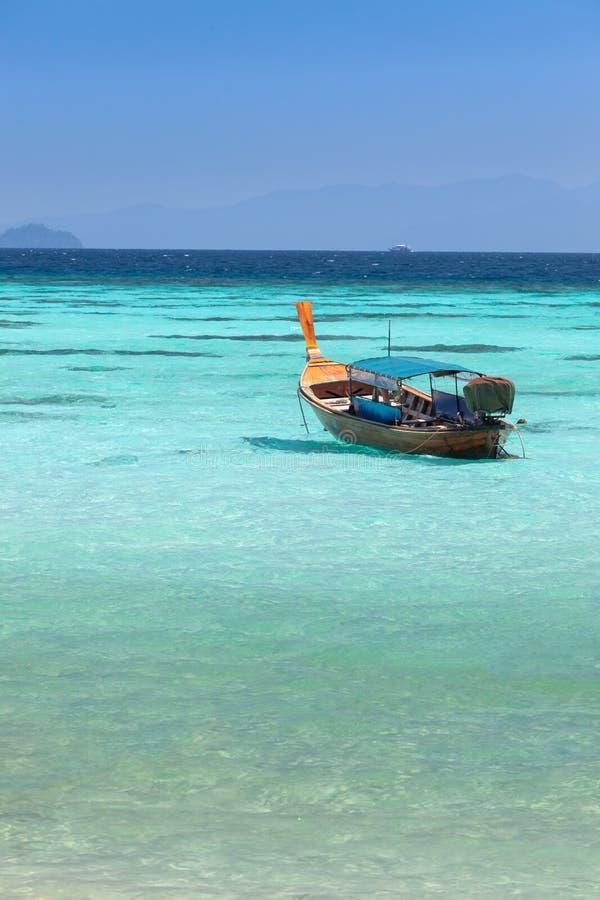 Bateau de plongée thaïlandais en mer bleue claire chez Koh Lipe photo libre de droits