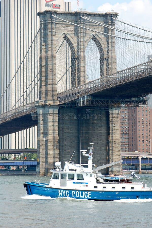 Bateau de police de NYC sur l'East River photos stock