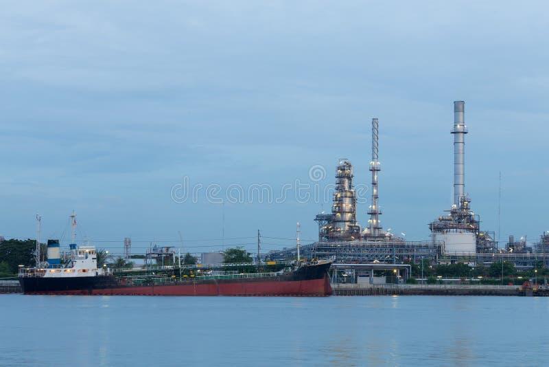Bateau de réservoir de stockage de pétrole au-dessus de fond de raffinerie d'essence photo libre de droits