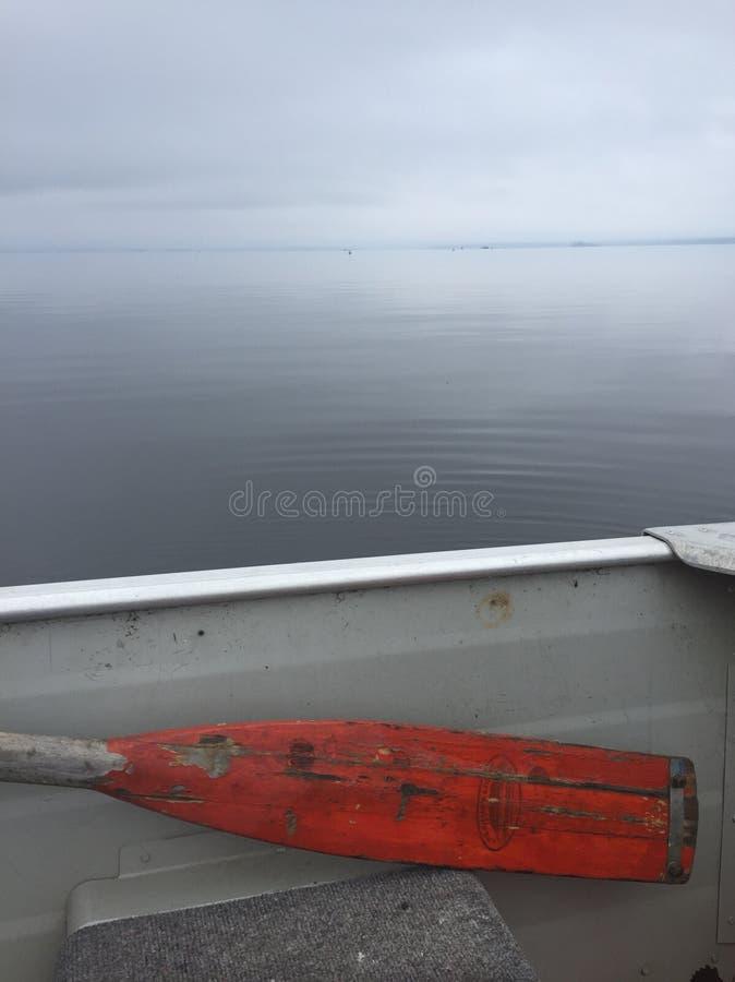 Bateau de rangée sur le lac images stock