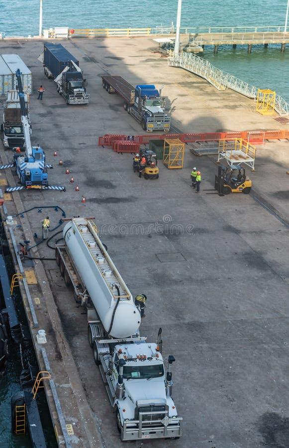 Bateau de ravitaillement de camion-citerne aspirateur dans le port de Darwin Australia photographie stock libre de droits