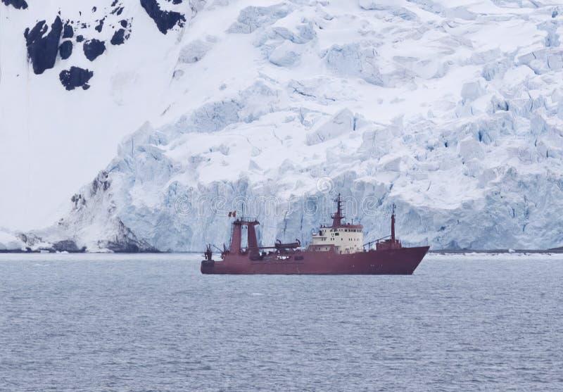 Bateau de recherches ancré à la baie d'Amirauté, le Roi George Island, Antarctique photo stock