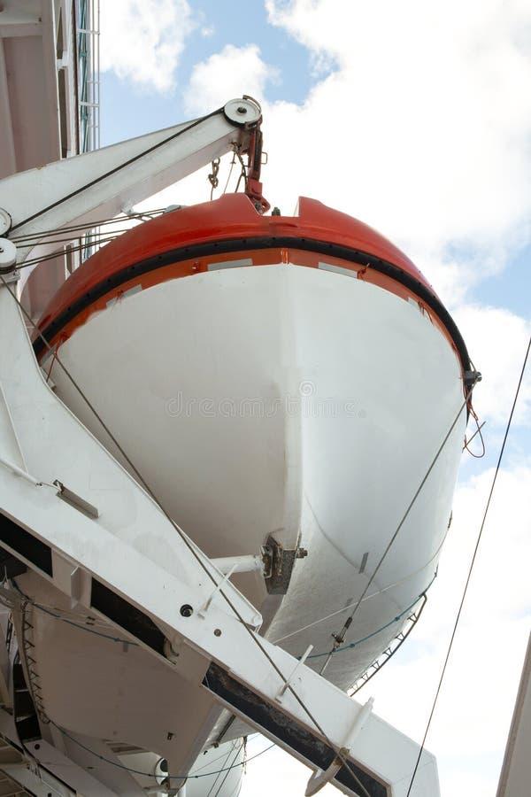 Bateau de sauvetage le long d'un bateau de croisière photo stock