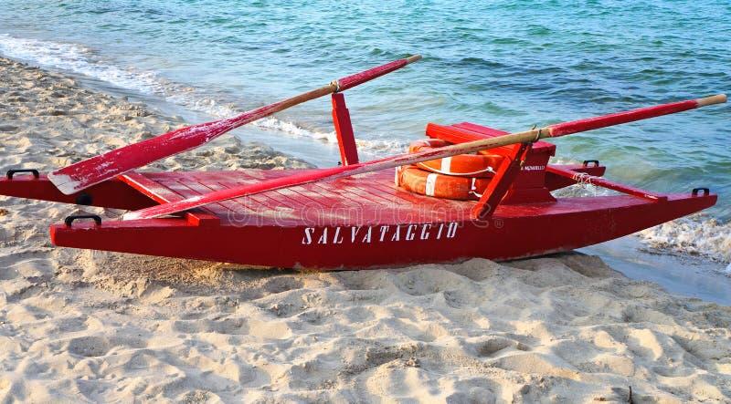 Bateau de sauvetage rouge sur une plage italienne photos stock