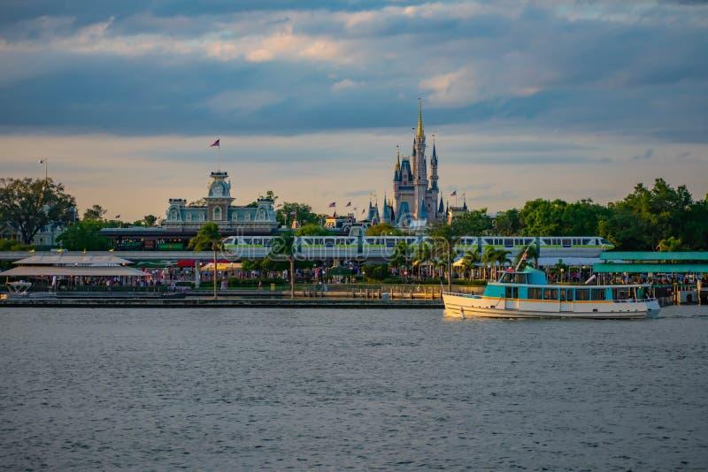 Bateau de taxi, monorail et vue panoramique du château de Cendrillon et de la station de train de cru au royaume magique en Walt  images libres de droits