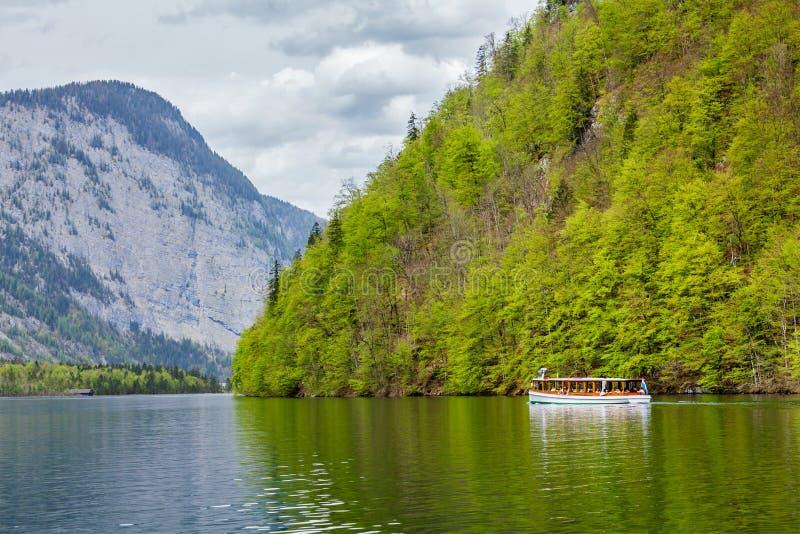 Bateau de touristes à la montagne alpine photographie stock