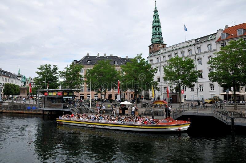 Bateau de touristes croisant dans des visites Copenhague Danemark de canal images stock