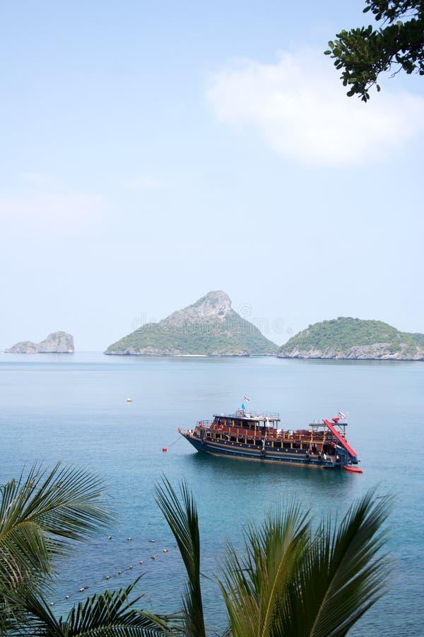 Bateau de touristes de croisière en île la Riviera photographie stock