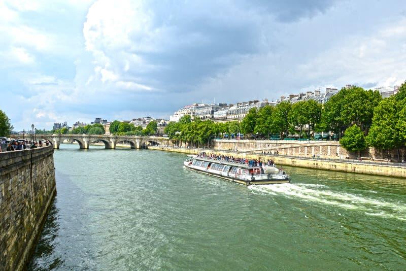 Bateau de touristes de croisière sur le bord de mer de la Seine, Paris images libres de droits
