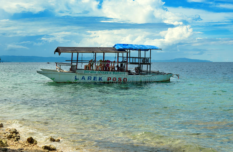 Bateau de touristes dans la plage près de la ville de Poso l'indonésie image stock