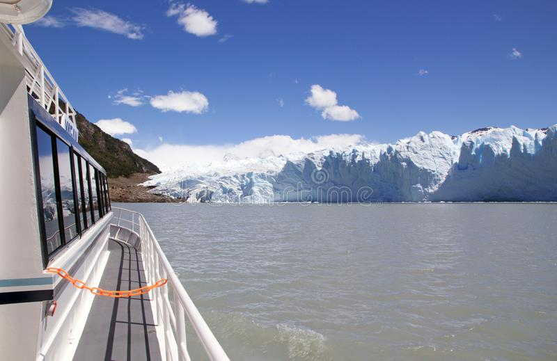 Bateau de touristes dans le Brazo Rico en Argentino Lake au parc national de visibilité directe Glaciares, Patagonia, Argentine images libres de droits