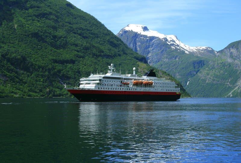 Bateau de touristes dans le fjord de Geiranger photo stock
