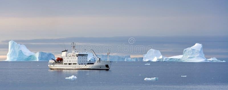 Bateau de touristes dans le haut Arctique photo libre de droits