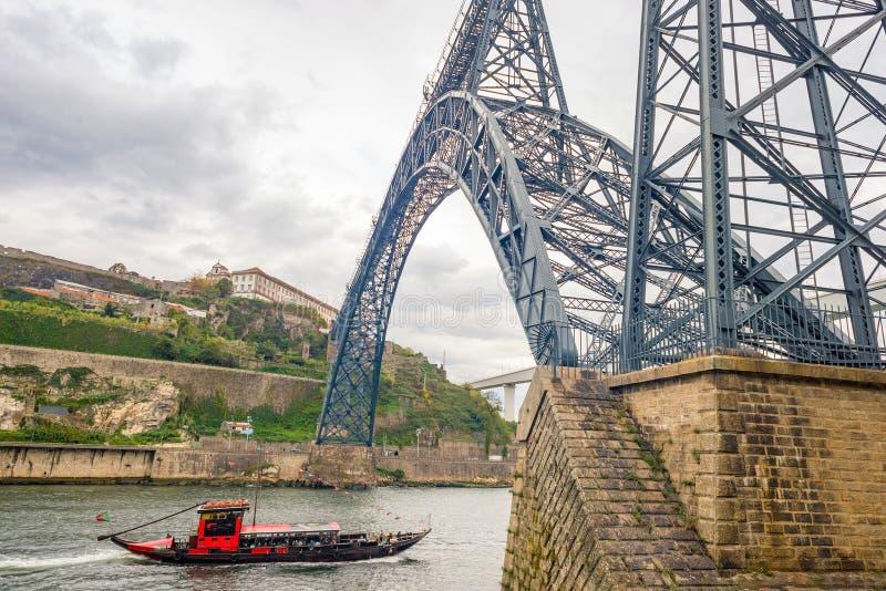 Bateau de touristes de Porto Porto de rivière de Douro de pont de chemin de fer de Gustave Eiffel Maria Pia photos libres de droits