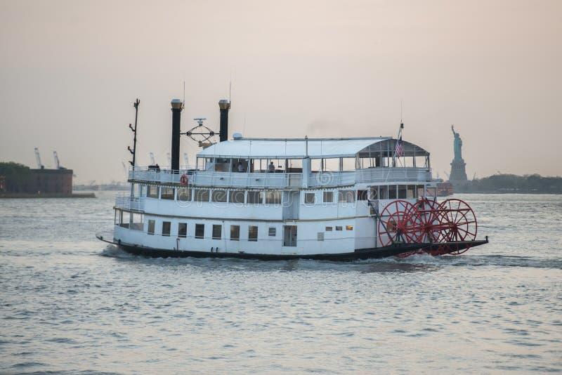 Bateau de touristes de vieille croisière de vintage à New York City photographie stock libre de droits