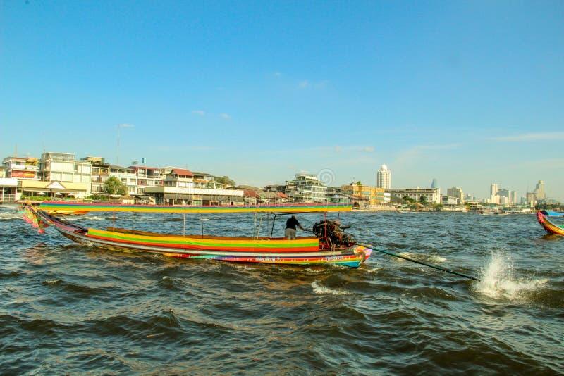 Bateau de touristes sur Chao Phraya River à Bangkok, Thaïlande photographie stock