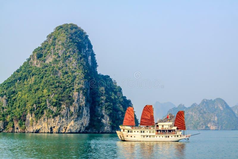 Bateau de touristes sur la baie de Halong photographie stock