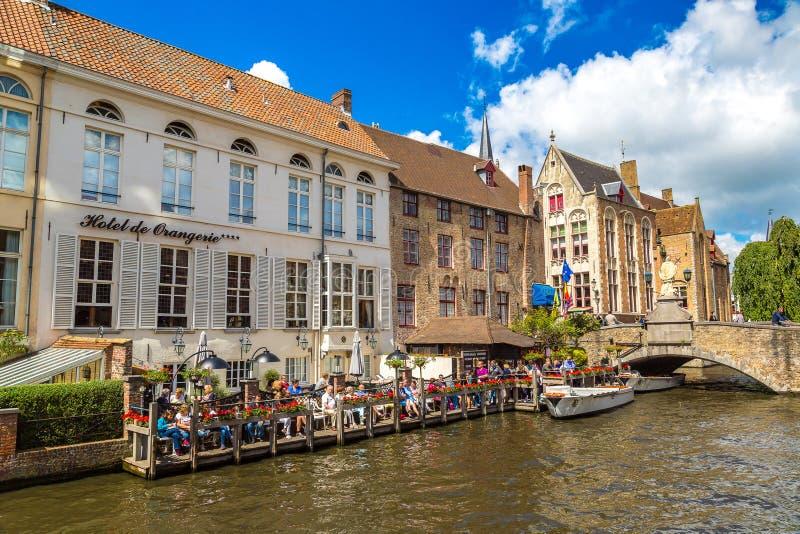 Bateau de touristes sur le canal à Bruges photographie stock libre de droits
