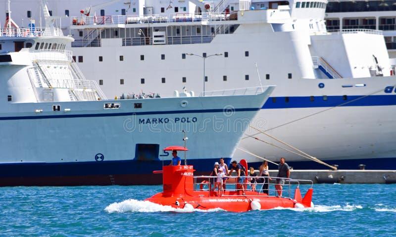 Bateau de touristes de voyage de style submersible avec le ferry à l'arrière-plan image libre de droits
