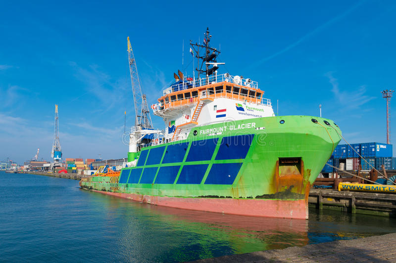 Bateau de traction subite dans le port de Rotterdam photographie stock