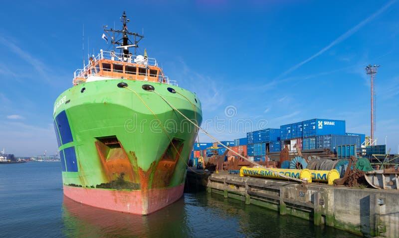 Bateau de traction subite dans le port de Rotterdam images libres de droits