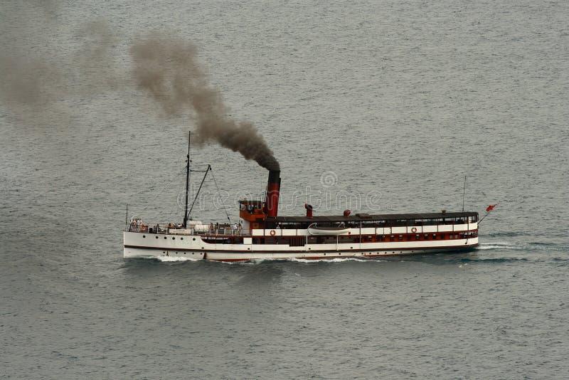 Bateau de vapeur d'Earnslaw de SOLIDES SOLUBLES TOTAUX sur le lac Wakatipu photos stock