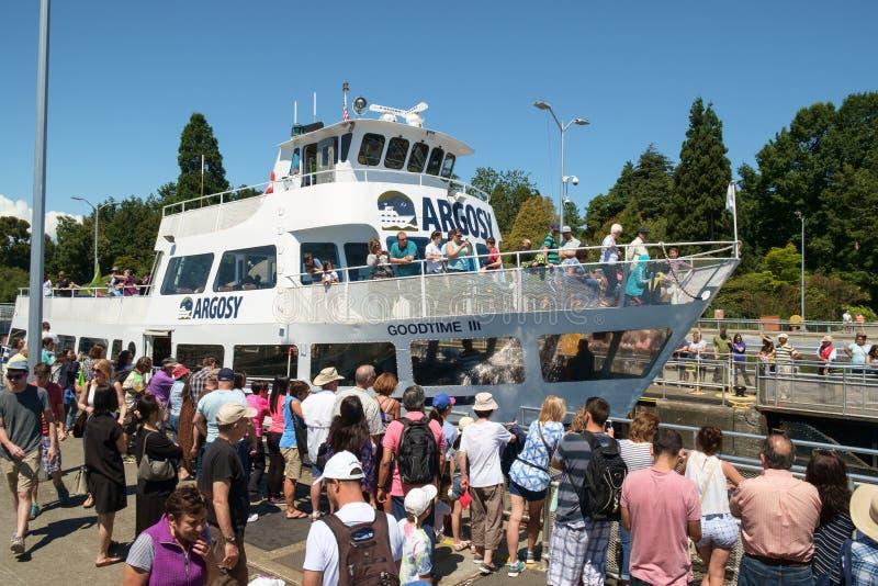 Bateau de visite avec Ballard Locks soulevé par touriste image stock
