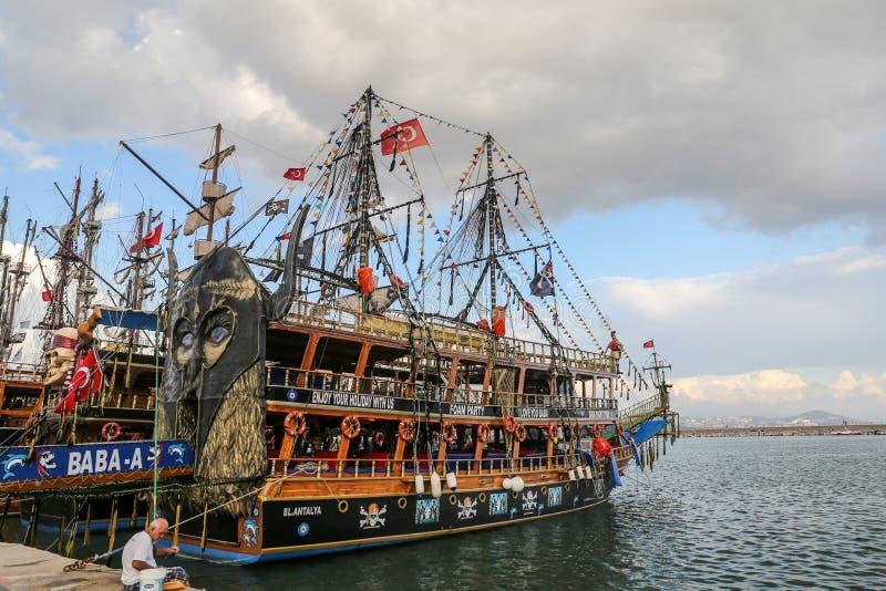 Bateau de visite dans le port d'Alanya photos libres de droits