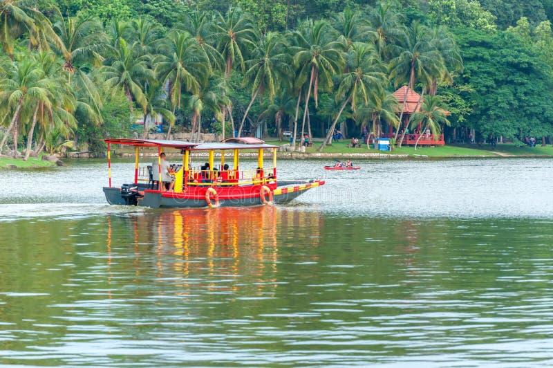 Bateau de visite sur le lac Shah Alam Malaysia image libre de droits