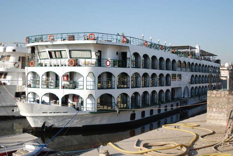 Bateau de vitesse normale du Nil au quai de Luxor - l'Egypte photographie stock