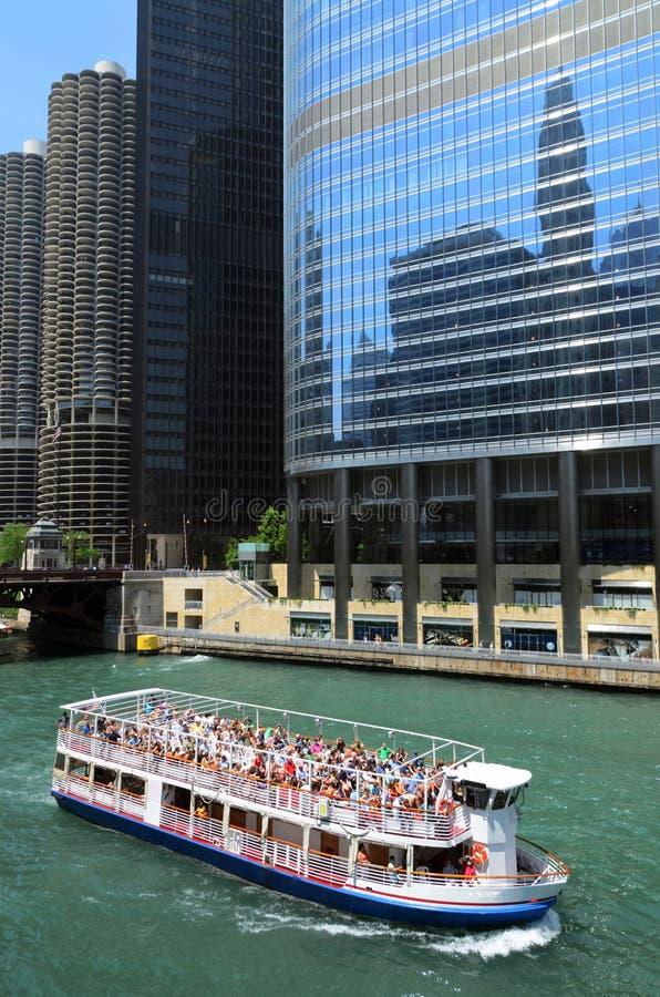 Bateau de vitesse normale sur le fleuve de Chicago image libre de droits