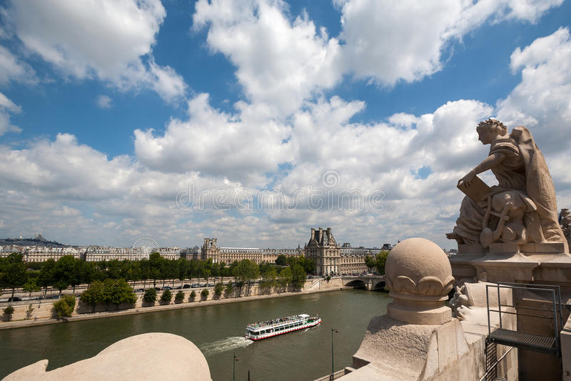Bateau de vitesse normale sur le fleuve Seine à Paris photos stock