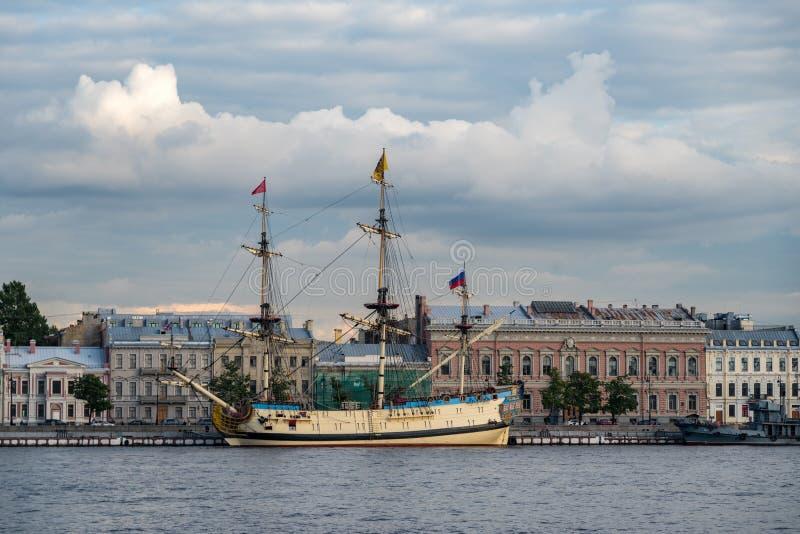 """Bateau de voile """"Poltava """"sur le remblai anglais de la rivière de Neva Sankt-Peterburg, Russie - """"Poltava """"c'est reconstruction h photos stock"""