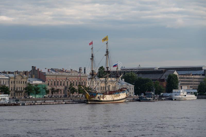 """Bateau de voile """"Poltava """"sur le remblai anglais de la rivière de Neva Sankt-Peterburg, Russie - """"Poltava """"c'est reconstruction h photos libres de droits"""