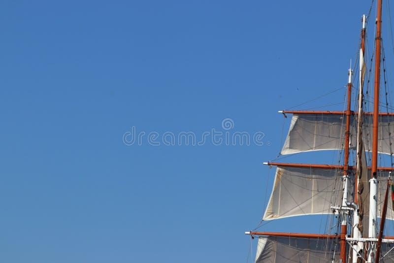 Bateau de voile avec le mât dans Klaipeda en Lithuanie photographie stock libre de droits
