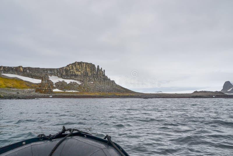 Bateau de zodiaque voyageant autour des montagnes rocheuses en Antarctique photos libres de droits