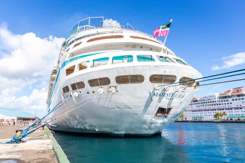 Bateau des Caraïbes royal du ` s, majesté des mers dans le port des Bahamas photo stock