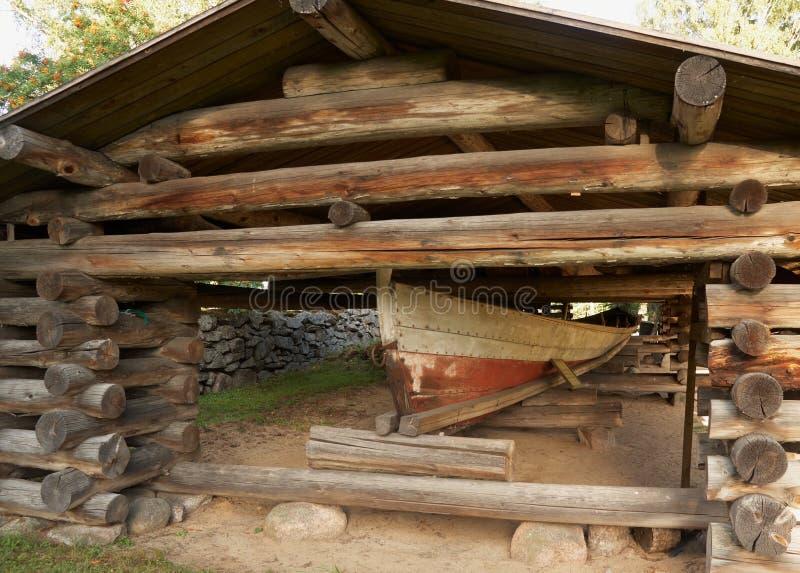 Bateau en bois antique dans le hangar dans Petajavesi, Finlande photos libres de droits