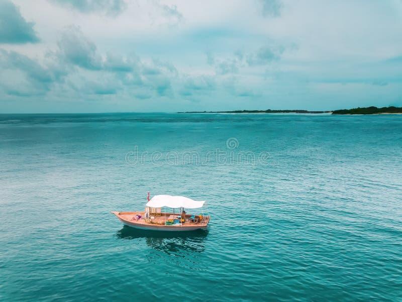 Bateau en bois au milieu de l'océan photographie stock libre de droits