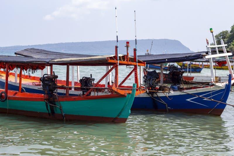 Bateau en bois coloré au Cambodge Vue de bord de la mer d'île de Koh Rong avec la plage de corail et le bateau en bois images libres de droits