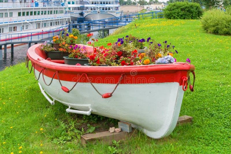 Bateau en bois d'aviron d'Old de modèle décoratif de vintage complètement des fleurs image stock