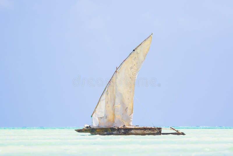 Bateau en bois de dhaw avec la voile en mer bleue claire tropicale à l'Océan Indien photographie stock libre de droits
