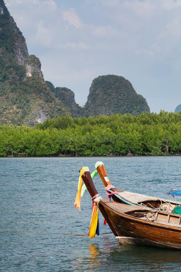 Bateau en bois de longue queue amarré à la plage de Railey dans la province de Krabi, Thaïlande image libre de droits
