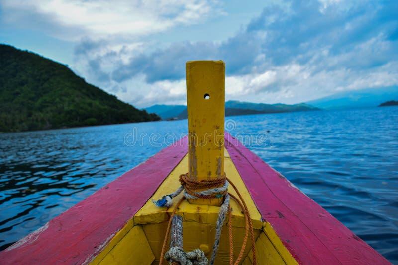 Bateau en bois de pêche traditionnel près d'île de pahawang Concept de déplacement photos libres de droits