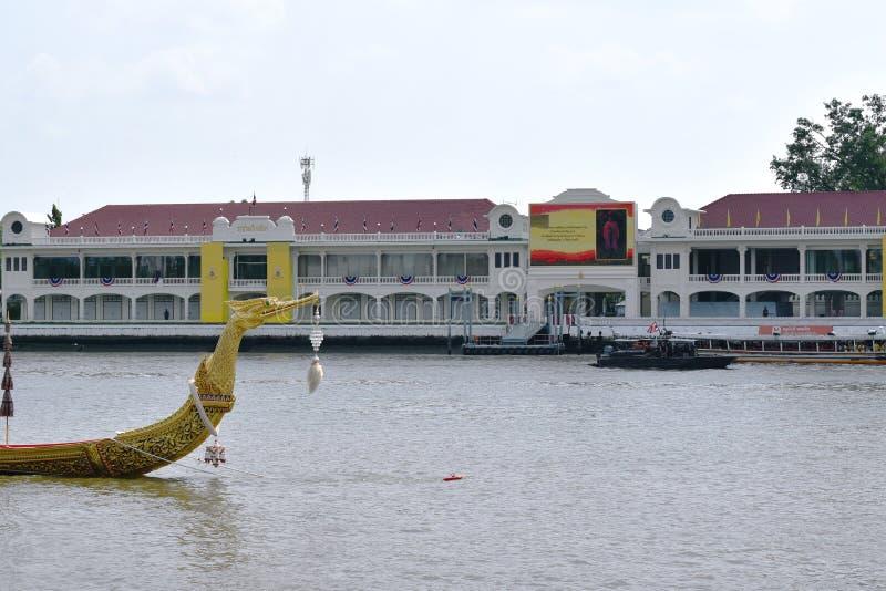 Bateau en bois de Suphannahong de péniche royale flottant sur le pilier dans le couronnement du Roi Rama 10 chez Sanam Luang photos stock