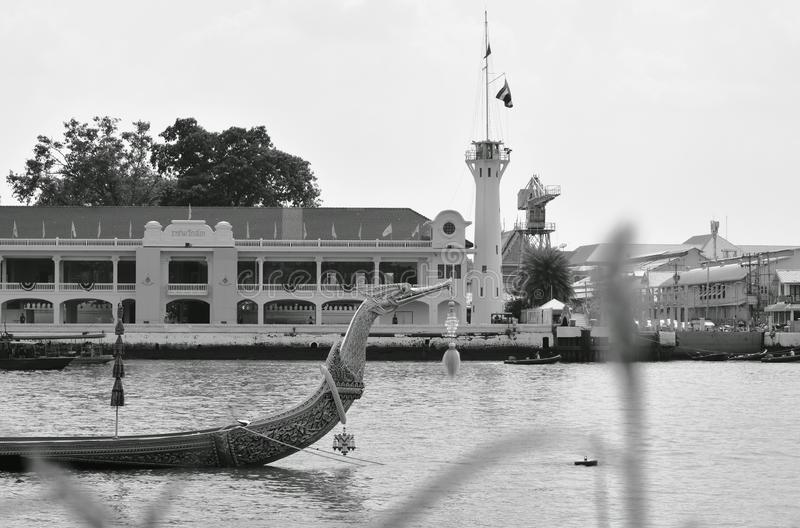 Bateau en bois de Suphannahong de p?niche royale flottant sur le pilier dans le couronnement du Roi Rama 10 chez Sanam Luang photo stock