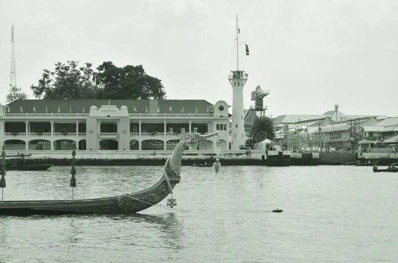Bateau en bois de Suphannahong de p?niche royale flottant sur le pilier dans le couronnement du Roi Rama 10 chez Sanam Luang photographie stock