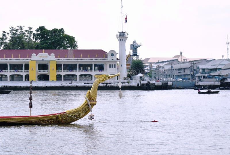 Bateau en bois de Suphannahong de p?niche royale flottant sur le pilier dans le couronnement du Roi Rama 10 chez Sanam Luang image libre de droits
